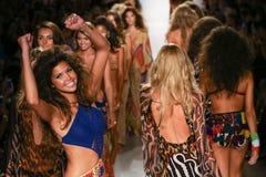 Piste de promenade de modèles au défilé de mode d'Indah pendant le bain 2015 de MBFW Photo stock
