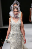 Piste de promenade de modèles au défilé de mode de Badgley Mischka pendant la collection nuptiale de l'automne 2015 Photo libre de droits