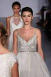 Piste de promenade de modèles au défilé de mode de Hayley Paige pendant la collection nuptiale de l'automne 2015 Image stock