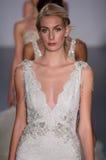 Piste de promenade de modèles au défilé de mode de Lazaro pendant la collection nuptiale de l'automne 2015 Images libres de droits