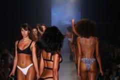 Piste de promenade de modèles au défilé de mode de Minimale Animale pendant le bain 2015 de MBFW Photo libre de droits