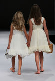 Piste de promenade de modèles d'enfant au défilé de mode de lierre et d'aster pendant la collection nuptiale de l'automne 2015 Photos stock
