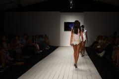Piste de promenade de modèles dans l'habillement de bain de concepteur pendant le défilé de mode de Furne Amato Photos libres de droits