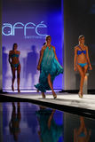 Piste de promenade de modèles dans l'habillement de bain de concepteur pendant le défilé de mode de vêtements de bain de Caffe Images libres de droits