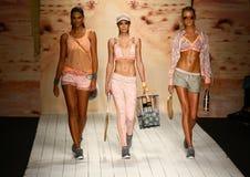 Piste de promenade de modèles dans l'habillement de bain de concepteur pendant le défilé de mode de vêtements de bain de Maaji Image libre de droits