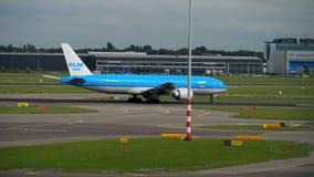 Piste de tour de KLM Boeing 777 avant le départ banque de vidéos