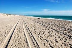 Piste de véhicule sur la plage blanche de sable photo stock