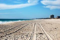 Piste de véhicule sur la plage blanche de sable image stock