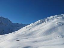 Piste del esquí con la choza de la montaña Imágenes de archivo libres de regalías