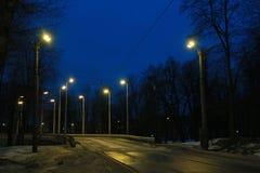 Piste del tram alla luce delle luci di sera fotografie stock