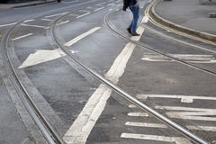 Piste del tram e segno della freccia sulla via a Nottingham immagini stock