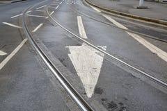 Piste del tram e segno della freccia sulla via a Nottingham fotografia stock libera da diritti