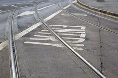 Piste del tram e segno della freccia sulla via a Nottingham fotografie stock