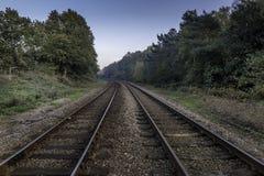 Piste del treno che scompaiono nell'orizzonte immagini stock