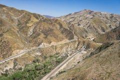 Piste del treno e strada della montagna Fotografie Stock