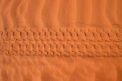 Piste dell'automobile in sabbia fotografia stock