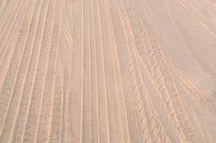 Piste dell'automobile sulla sabbia Immagine Stock
