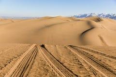 Piste dell'automobile sulle dune di sabbia nel parco nazionale di Shapotou - Ningxia, Cina Immagine Stock Libera da Diritti