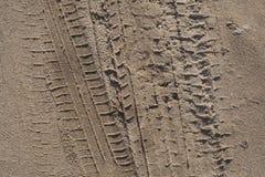 Piste della gomma nella sabbia Fotografie Stock