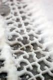 Piste della gomma in neve in pieno Fotografie Stock Libere da Diritti
