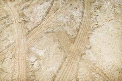 Piste della gomma in sporcizia. immagini stock