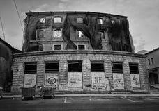 Piste della pallottola e bombardato sulle facciate delle costruzioni, guerra della Bosnia, ` 13 di febbraio Immagine Stock