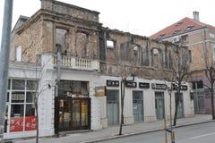 Piste della pallottola e bombardato sulle facciate delle costruzioni, guerra della Bosnia, ` 13 di febbraio Immagini Stock