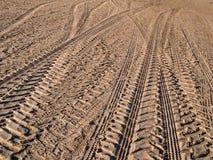 Piste della rotella sulla sabbia della strada campestre Immagini Stock Libere da Diritti