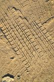 Piste della ruota su struttura al suolo della sabbia Immagini Stock Libere da Diritti