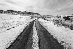 Piste della strada non asfaltata della neve della montagna Immagini Stock Libere da Diritti