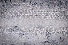 piste delle gomme del veicolo in neve con la scenetta fondo, esperto immagini stock libere da diritti