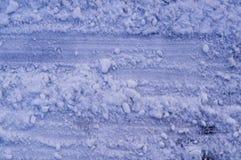 Piste delle gomme del veicolo in neve fondo, esperto immagini stock libere da diritti