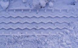 Piste delle gomme del veicolo in neve fondo, esperto fotografie stock libere da diritti