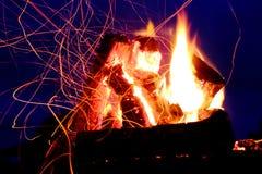 Piste delle scintille e della fiamma sopra il cielo blu scuro Fotografie Stock Libere da Diritti