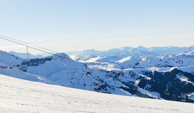 Piste di corsa con gli sci e ascensore di sci in alpi Immagine Stock Libera da Diritti