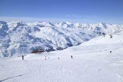 Piste di corsa con gli sci in montagne nevose delle alpi di inverno Immagine Stock Libera da Diritti
