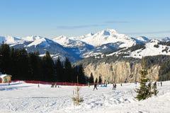 Piste di corsa con gli sci su neve nell'area di Portes du Soleil Fotografia Stock