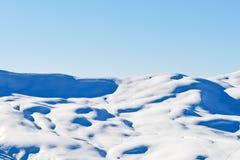 Piste di corsa con gli sci sulle montagne innevate in alpi Fotografia Stock