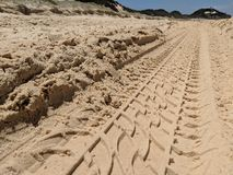 Piste di Tiro nella sabbia sulla spiaggia fotografia stock libera da diritti