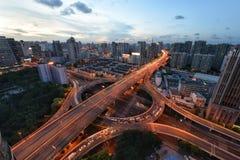Piste di traffico in tutto la città Immagine Stock