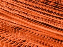 Piste differenti dell'automobile sulla sabbia rossa immagine stock
