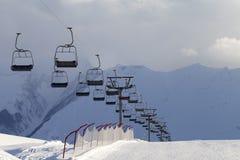 Piste e ropeway do esqui da neve fotografia de stock
