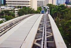 Piste elevate urbane del treno immagini stock