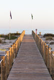 Piste en bois à la mer Photographie stock