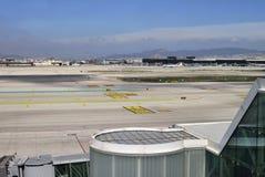 Piste et bâtiments à l'aéroport de Barcelone. Espagne Photographie stock libre de droits