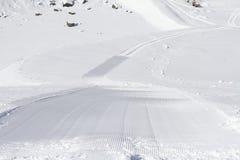 Piste fresche del groomer della neve su una pista dello sci Fotografia Stock Libera da Diritti