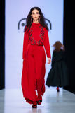 Piste modèle de promenade pour AKA la passerelle de NANITA au Chute-hiver 2017-2018 chez Mercedes-Benz Fashion Week Russia Photo libre de droits