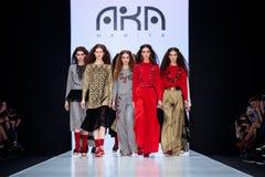 Piste modèle de promenade pour AKA la passerelle de NANITA au Chute-hiver 2017-2018 chez Mercedes-Benz Fashion Week Russia Photographie stock libre de droits