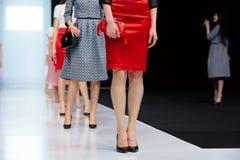 Piste modèle de promenade pour FABERLIC par la passerelle de VALENTIN YUDASHKIN à la semaine 2017-2018 de mode de Moscou d'Automn Photo libre de droits
