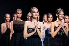 Piste modèle de promenade pour la passerelle d'ALINA ASSI à la semaine de mode de Moscou de saison du Ressort-été 2017-2018 Photo stock